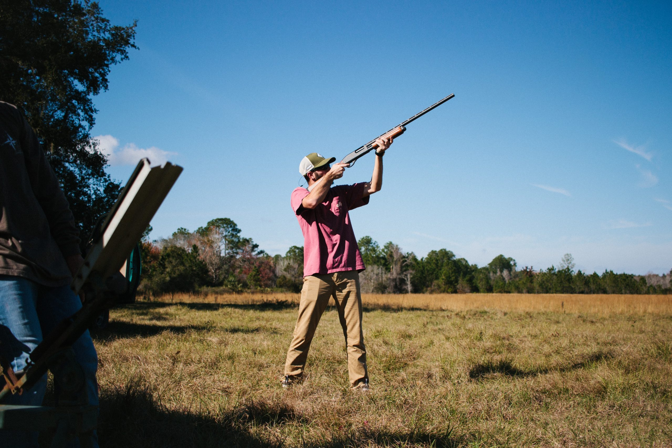Homme pendant une partie de ball trap lors d'un EVG dans une plaine de Sologne