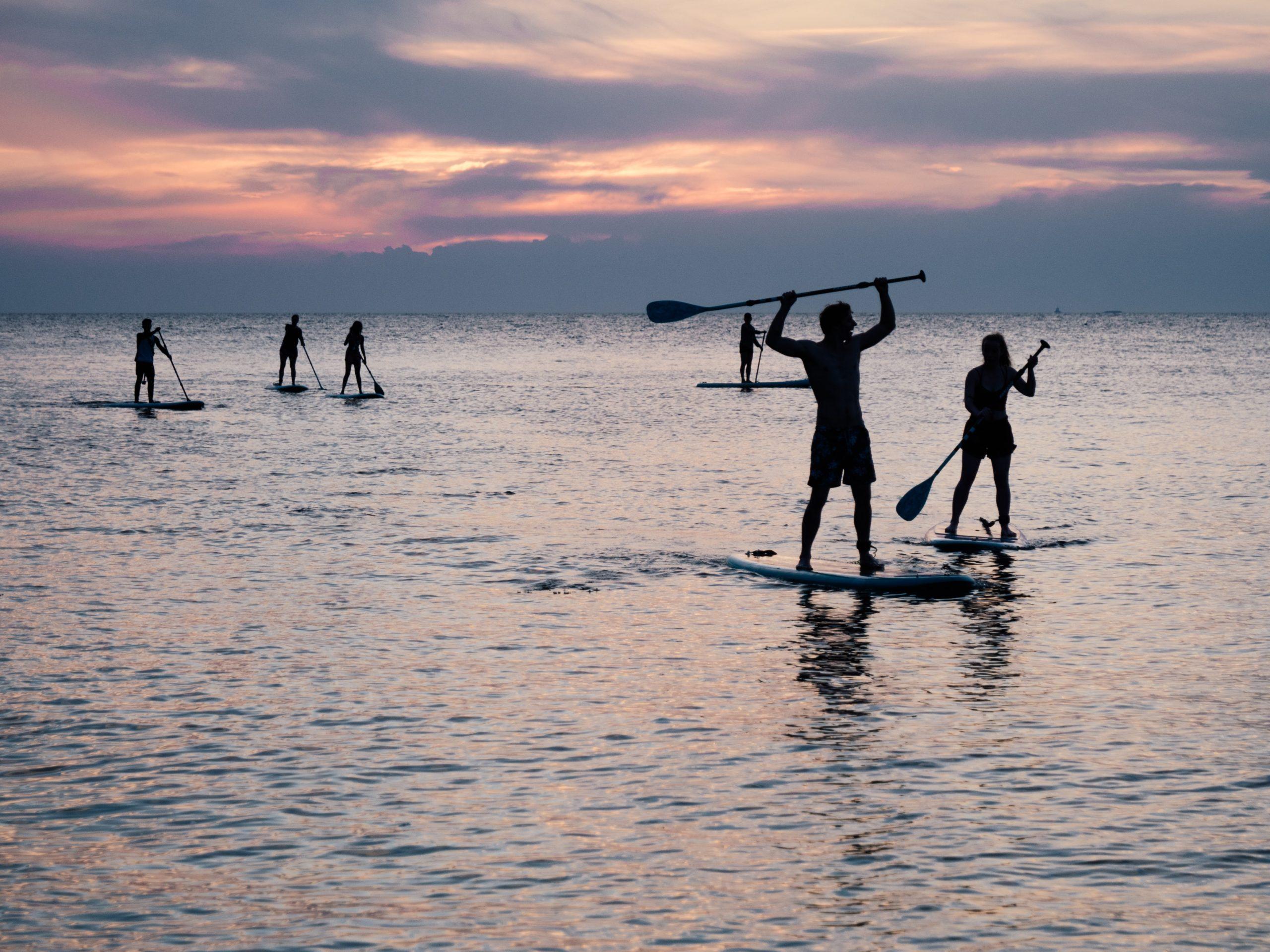 hommes sur des paddle sur un etang en Sologne pour un EVG