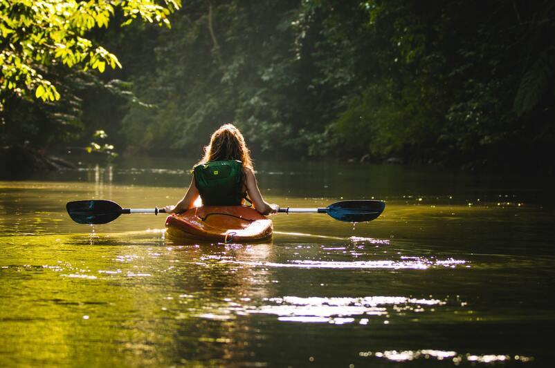 femme sur un canoe le long de la Loire lors d'un evjf au alentours des châteaux de la Loire