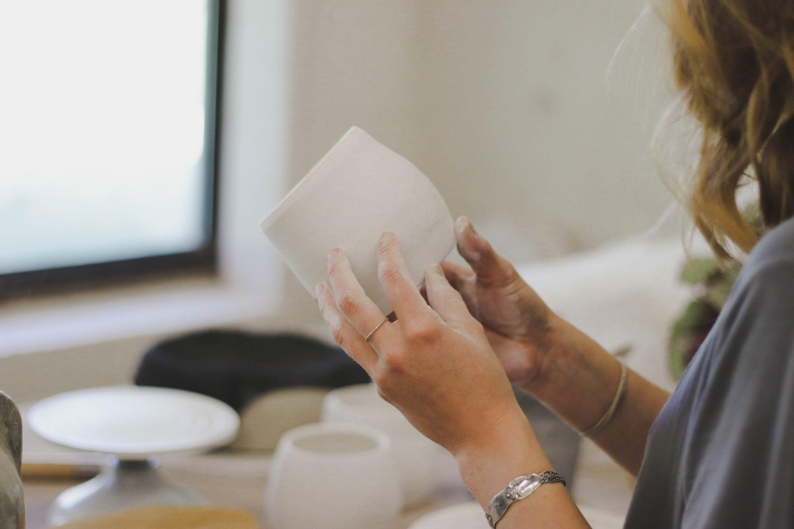 femme pendant un atelier céramique