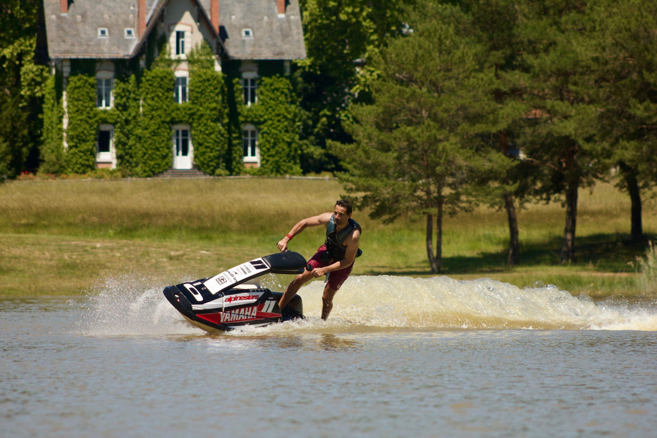 homme sur un jet ski sur l'etang en Sologne de La Blondellerie