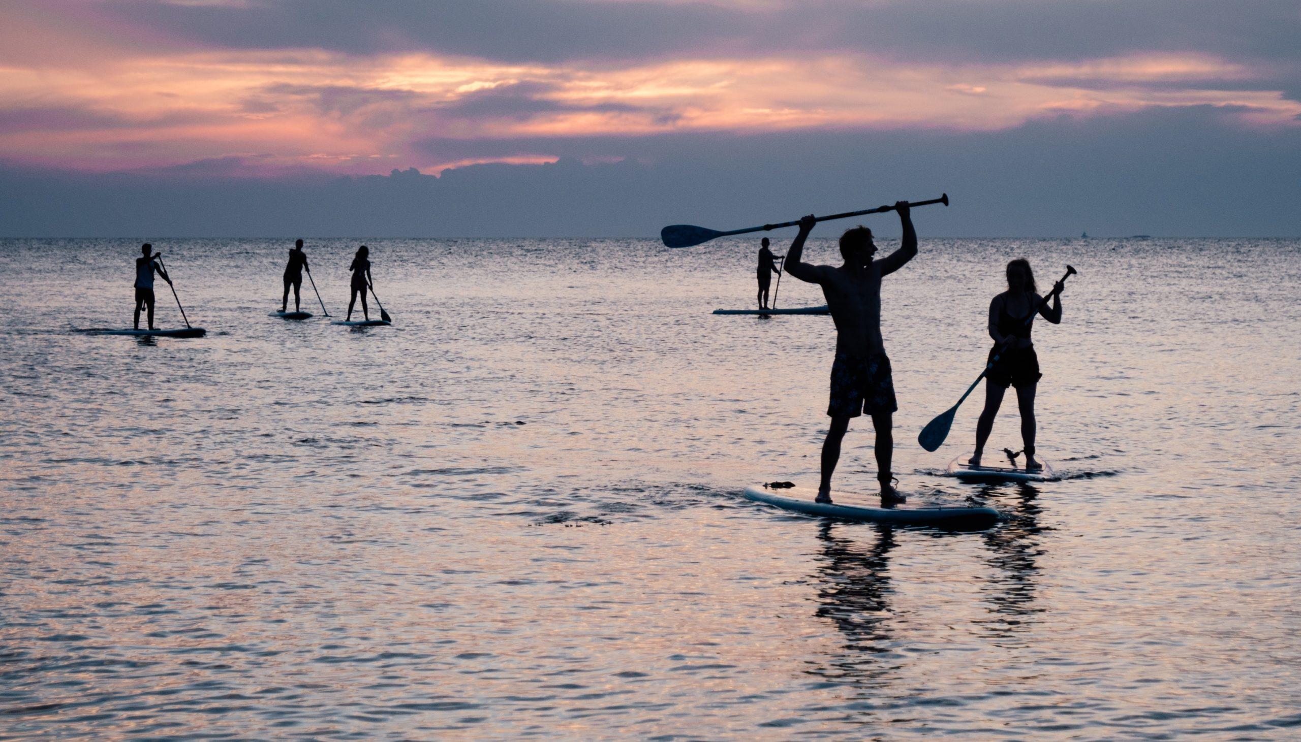 Filles en activité paddle pendant un EVJF