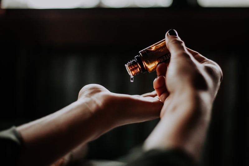 mains tenant de l'huile pour un massage