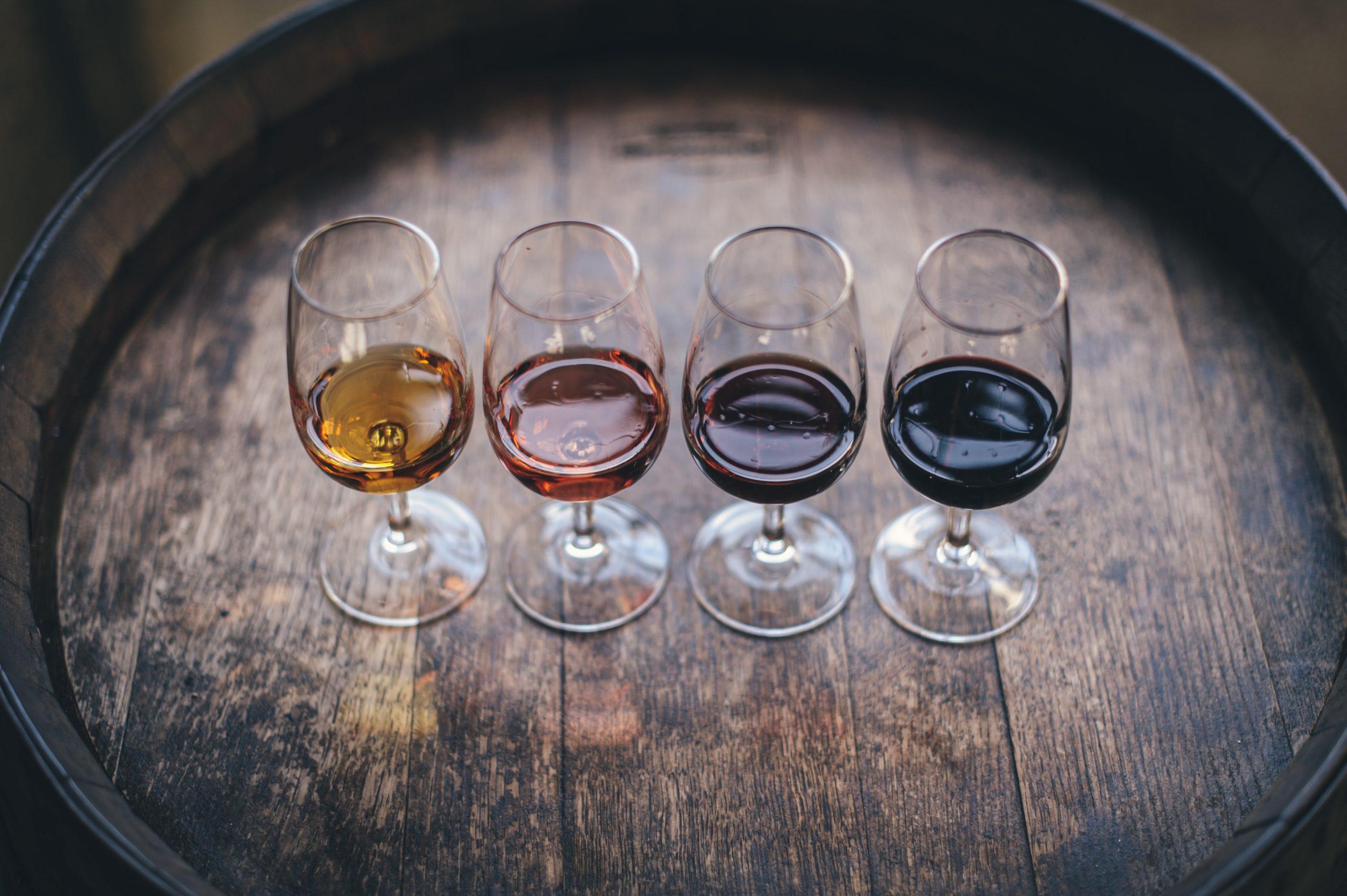 verres vins alignés sur un tonneau pour une dégustation de vins en Sologne pour des événements